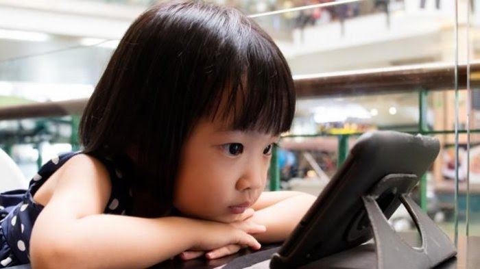 Ilustrasi anak main gadget